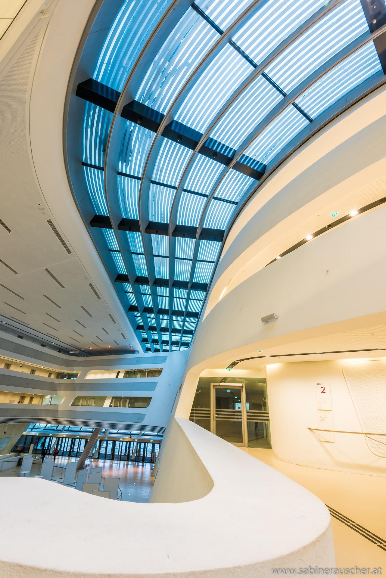 the interior of Vienna University of Economics | WU-Wien in der Bibliothek