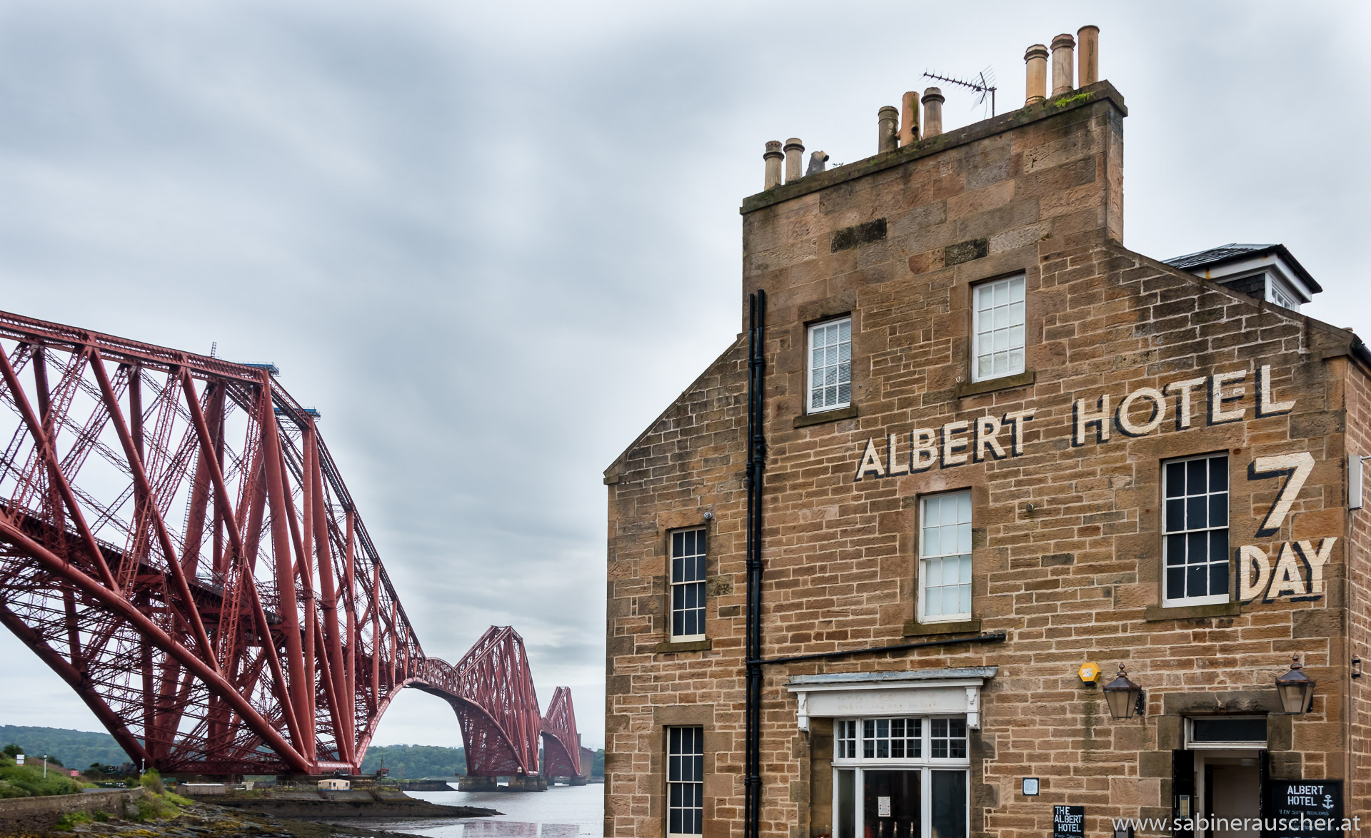 Albert Hotel in North Queensferry near the Forth Rail Bridge in Scotland | North Queensferry - Albert Hotel an der Forth Rail Bridge in Schottland