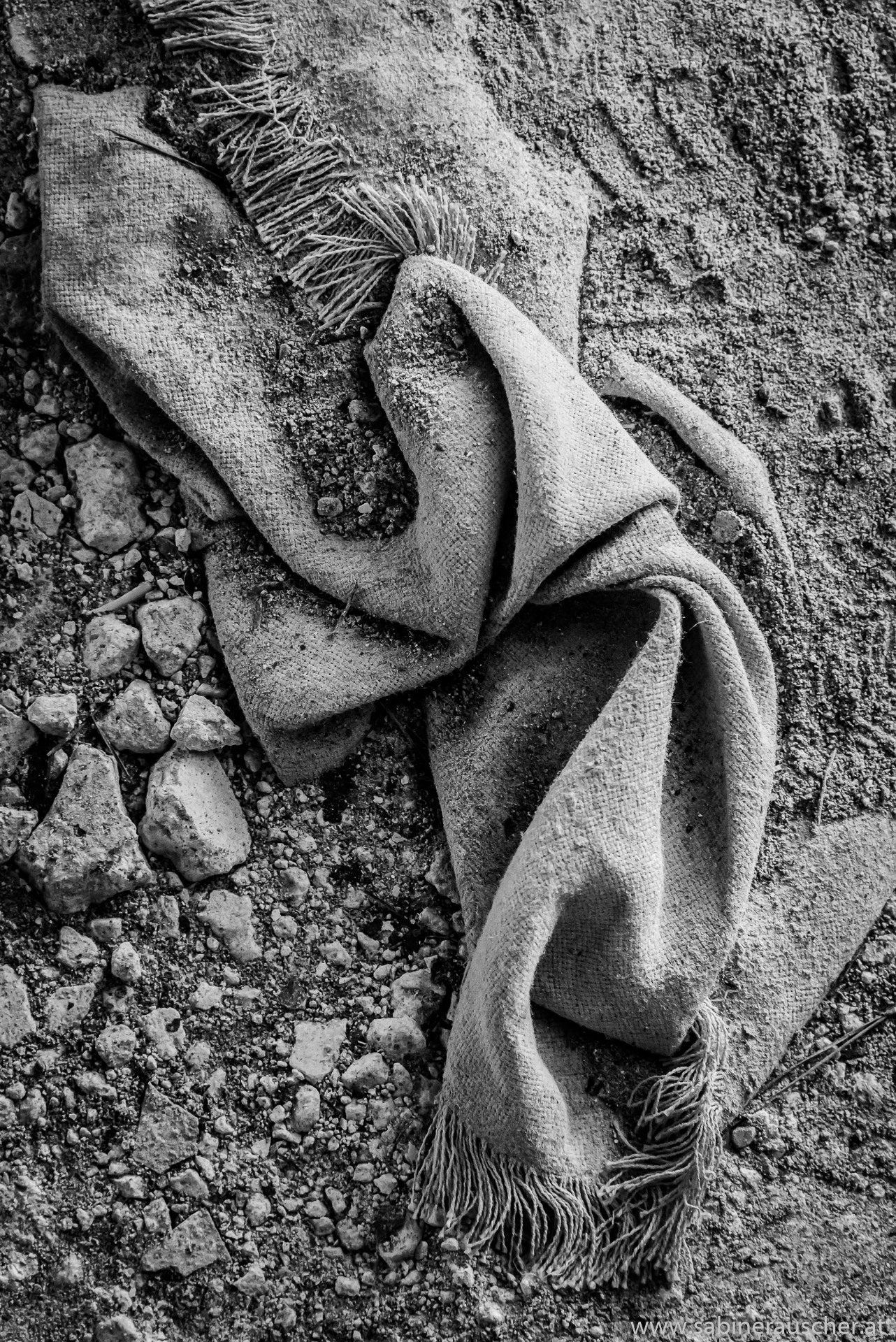 Cloth in the dirt of a lost place on Mallorca | Tuch im Schmutz eines Lost Place auf Mallorca