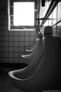 men´s restrooms at Kurhotel Fürstenhof   Männertoiletten im verwahrlosten Fürstenhof in Eisenach