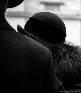Couple in Vienna´s City Center watching an performing artist   schickes Paar in Wien als Zuseher von einem Straßenkünstler