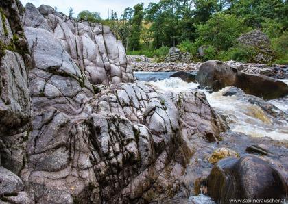 at Findhorn River near Dulsie Bridge in Scotland   Felsen im Findhorn River in Schottland