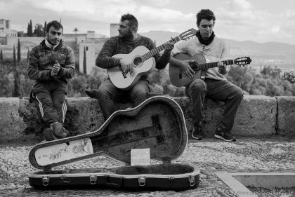street musicians at Granada opposite of the Alhambra | Straßenmusiker und Blick auf die Alhambra in Granada