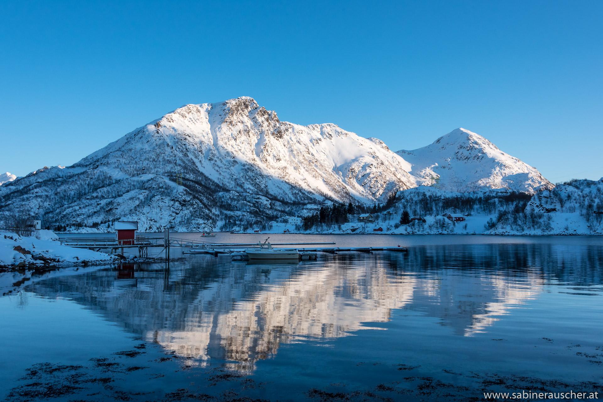 mirrowing hills |sich  im stillen Wasser spiegelnde Berge