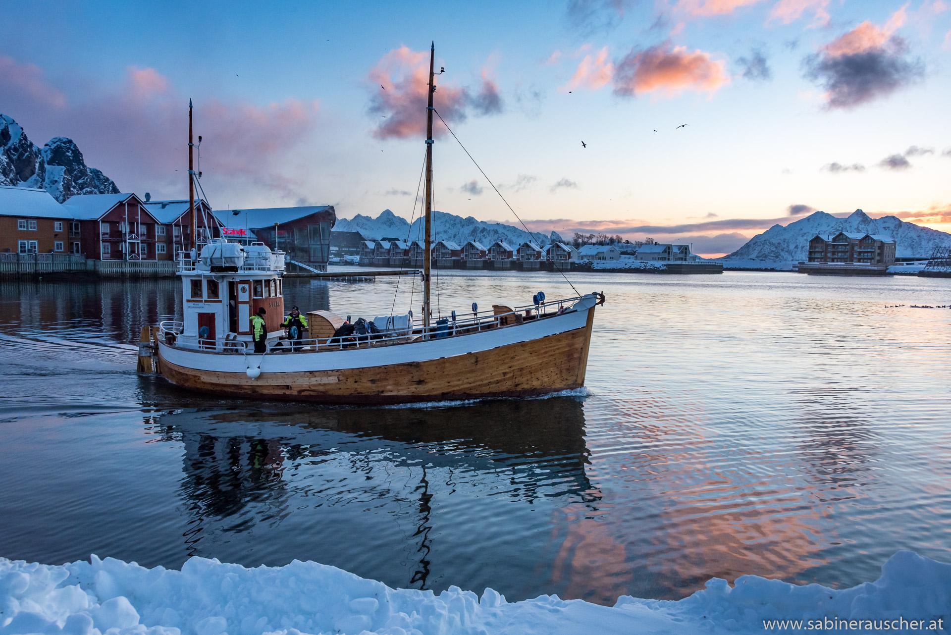 fishing boat leaving the harbour of Svolvaer | ausfahrendes Fischerboot im Hafen von Svolvaer