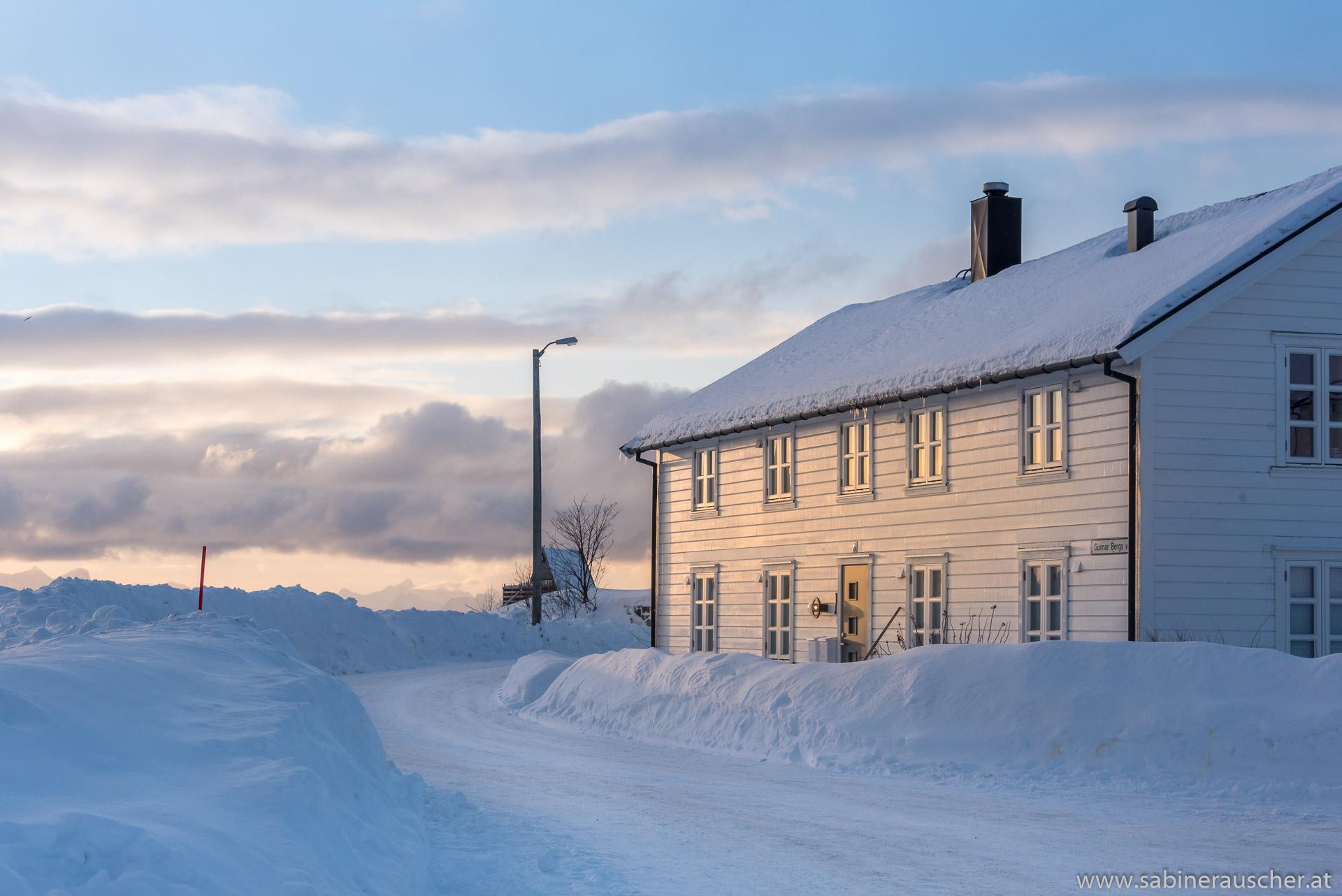 first morning light shines  on a house in Svolvaer | erstes Morgenlicht fällt auf ein Haus in Svolvaer