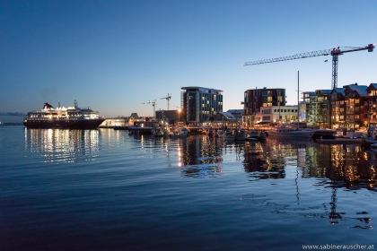 the arrival of a Hurtigruten ship at  Svolvaer | ein Schiff der Hurtigruten fährt gerade in Svolvaer ein