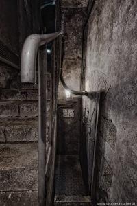 Stairwell to the lock gate   Treppe an einer Schleusentür