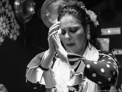 female flamenco dancer at a show in one of the old caves | Tänzerin in einer Flamencoshow in einer der alten Höhlengänge