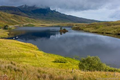 Old man of Storr behind Loch Fada, Isle of Skye | Old man of Storr hinter Loch Fada aufragend
