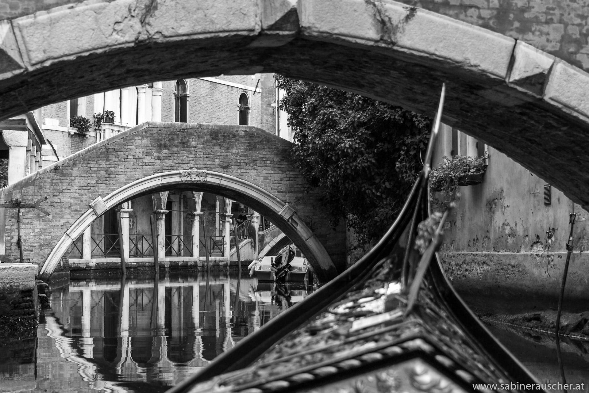 Venice - enjoy a ride with a gondola underneath the bridges | Venedig - unter dem Brücken in den Kanälen