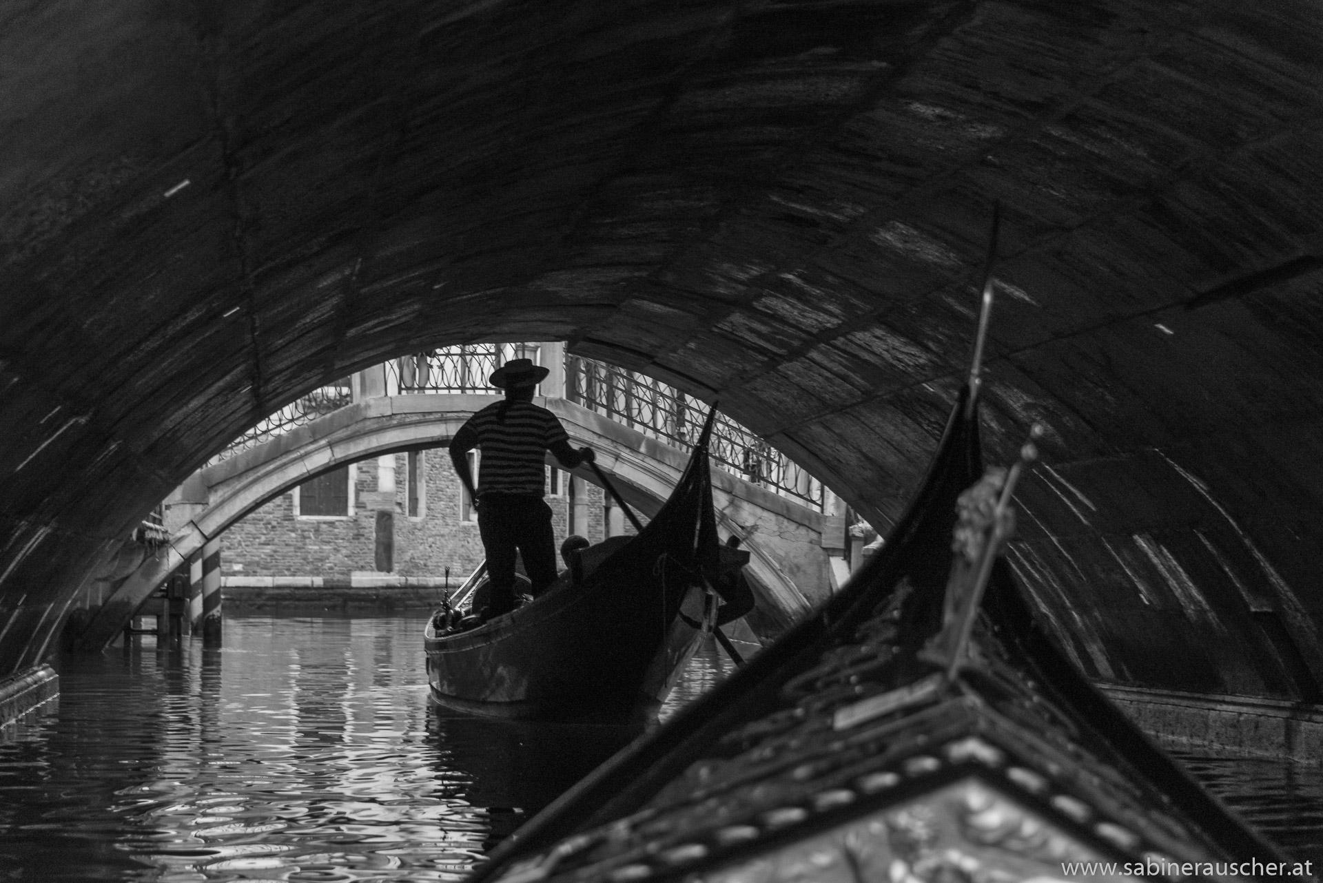 Venice - a gondolier at work|Venedig - Gondoliere bei der Arbeit