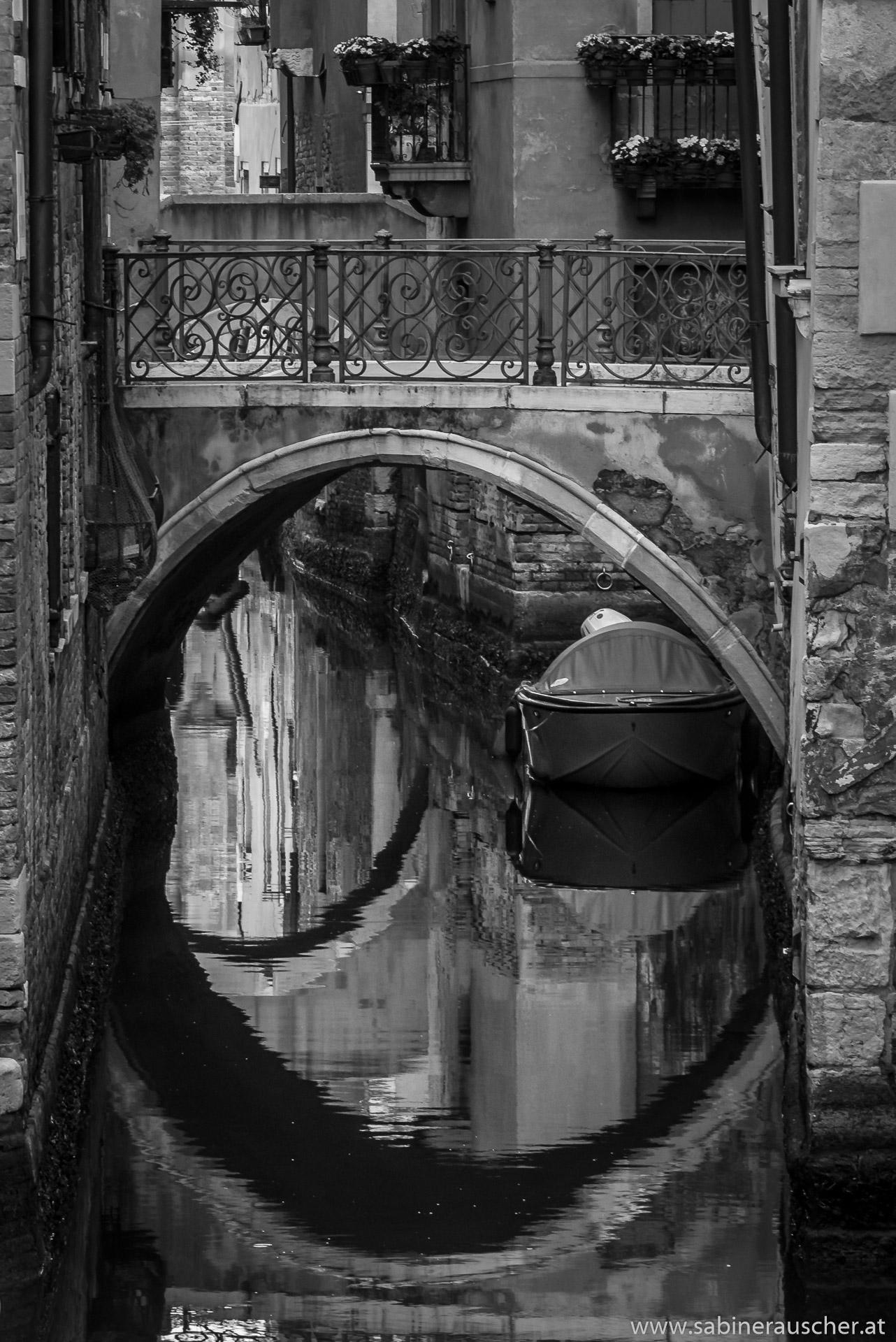 Venice - mirrowed bridges in small channel | Venedig - im Wasser sind spiegelnde Brücken