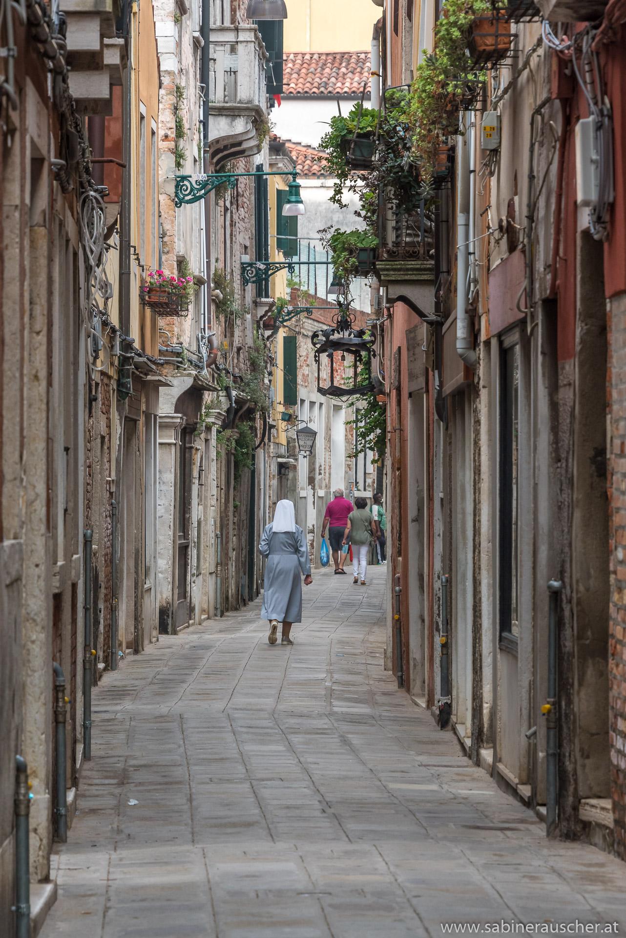 Venice - a nun on her way to Sunday´s service? | Venedig - eine Nonne auf dem Weg zur Sonntagsmesse?
