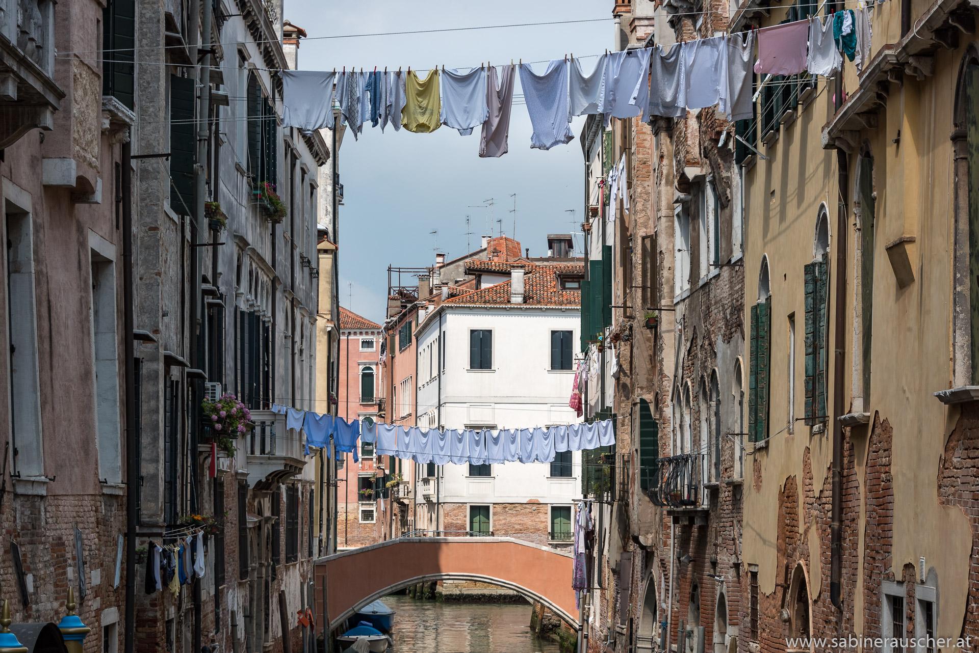 Venice - bridges made of stone and laundry | Venedig - Steinbrücken und Wäscheleinen überspannen gleichermaßen die Kanäle