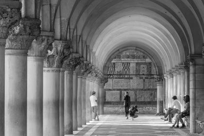 Venice - Model shooting unter the arcades of Palazzo ducale | Venedig - Modeshooting im Abendlicht unter den Arkaden des Dogenpalasts